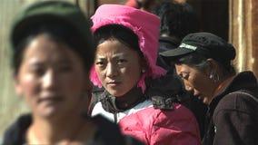 Το πορτρέτο της θιβετιανής γυναίκας φαίνεται πίεση μεταξύ των ανθρώπων στο χωριό Jidi, περιοχή στο shangri-Λα yunnan Κίνα στοκ φωτογραφία με δικαίωμα ελεύθερης χρήσης