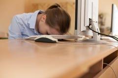 Το πορτρέτο της κουρασμένης επιχειρησιακής γυναίκας έπεσε κοιμισμένο στο πληκτρολόγιο υπολογιστών στοκ φωτογραφία με δικαίωμα ελεύθερης χρήσης