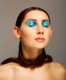 Το πορτρέτο της νέας γυναίκας με τη μόδα αποτελεί με το μπλε μάτι και το λ Στοκ εικόνα με δικαίωμα ελεύθερης χρήσης