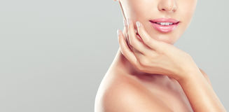 Το πορτρέτο της νέας γυναίκας ξανθό με το καθαρό φρέσκο δέρμα και μαλακό, λεπτό αποτελεί στοκ φωτογραφίες