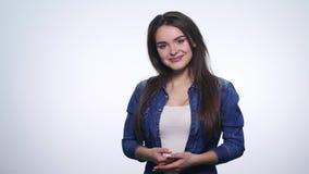 Το πορτρέτο της νέας γυναίκας πολύ ευτυχές και χαίρεται θετική ανθρώπινη συγκίνηση φιλμ μικρού μήκους