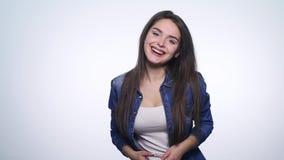 Το πορτρέτο της νέας γυναίκας πολύ ευτυχές και χαίρεται θετική ανθρώπινη συγκίνηση απόθεμα βίντεο