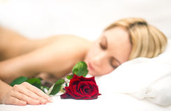Το πορτρέτο της νέας γυναίκας ύπνου με αυξήθηκε Στοκ Φωτογραφία