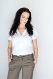 Το πορτρέτο της νέας γυναίκας brunette σε έναν επίσημο κώδικα ντυσίματος με παραδίδει τις τσέπες Στοκ εικόνες με δικαίωμα ελεύθερης χρήσης
