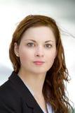 Το πορτρέτο της νέας ενήλικης επιχειρησιακής γυναίκας έντυσε στο μπλε πουκάμισο και το μαύρο κοστούμι Στοκ Φωτογραφίες