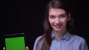 Το πορτρέτο της νέας επιχειρηματία brunette στην μπλε μπλούζα καταδεικνύε απόθεμα βίντεο