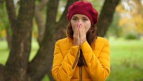 Το πορτρέτο της νέας μύτης χεριών γυναικών στενής, sniff και εξετάζει τη κάμερα απόθεμα βίντεο