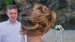 Το πορτρέτο της νύφης κρατά τη γαμήλιους ανθοδέσμη και το νεόνυμφο στο υπόβαθρο απόθεμα βίντεο