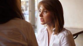 Το πορτρέτο της ομιλούσας νέας γυναίκας, αντιμετωπίζει κοντά επάνω απόθεμα βίντεο