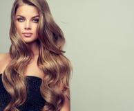 Το πορτρέτο της πανέμορφης νέας γυναίκας με κομψό κάνει το επάνω και τέλειο hairstyle στοκ εικόνα