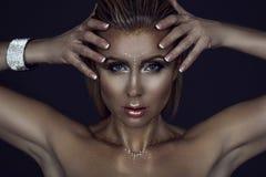 Το πορτρέτο της πανέμορφης ξανθής γυναίκας με την υγρή τρίχα και η ακτινοβολία καλλιτεχνική αποτελούν το κράτημα των χεριών της κ στοκ φωτογραφία με δικαίωμα ελεύθερης χρήσης