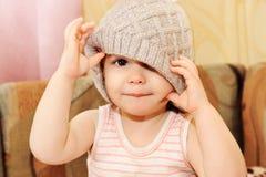 Το πορτρέτο της φθοράς μωρών πλέκει την ΚΑΠ Στοκ εικόνα με δικαίωμα ελεύθερης χρήσης