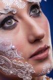 Το πορτρέτο της όμορφης γυναίκας με καλλιτεχνικό δημιουργικό αποτελεί Στοκ Φωτογραφίες