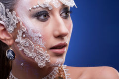 Το πορτρέτο της όμορφης γυναίκας με καλλιτεχνικό δημιουργικό αποτελεί Στοκ Εικόνες