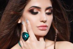 Το πορτρέτο της όμορφης γυναίκας με την ευαίσθητη προκλητική άποψη, ασήμι ακτινοβολεί σχέδιο καρφιών και κοσμήματα με τις φυσικές Στοκ φωτογραφία με δικαίωμα ελεύθερης χρήσης