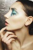 Το πορτρέτο της όμορφης γυναίκας με το μπλε αποτελεί στα μάτια και το μπλε Στοκ εικόνες με δικαίωμα ελεύθερης χρήσης