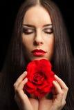 Το πορτρέτο της όμορφης γυναίκας brunette με το κόκκινο αυξήθηκε Στοκ φωτογραφία με δικαίωμα ελεύθερης χρήσης