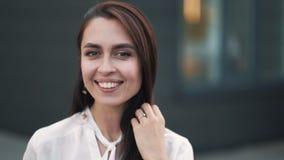 Το πορτρέτο της όμορφης χαμογελώντας γυναίκας με φυσικό αποτελεί, σε αργή κίνηση απόθεμα βίντεο