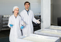 Το πορτρέτο του άνδρα και η γυναίκα που ντύνεται στα παλτά εργαστηρίων φαίνονται ευτυχή Στοκ φωτογραφίες με δικαίωμα ελεύθερης χρήσης