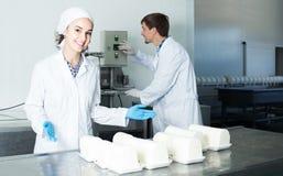 Το πορτρέτο του άνδρα και η γυναίκα που ντύνεται στα παλτά εργαστηρίων φαίνονται ευτυχή Στοκ Εικόνα