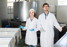 Το πορτρέτο του άνδρα και η γυναίκα που ντύνεται στα παλτά εργαστηρίων φαίνονται ευτυχή Στοκ εικόνες με δικαίωμα ελεύθερης χρήσης