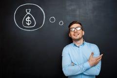 Το πορτρέτο του απασχολημένου ατόμου που διασχίζεται παραδίδει τον πίνακα χρήματα συμπυκνωμένα Στοκ Εικόνα
