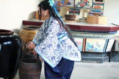 Το πορτρέτο του ασιατικού κινεζικού κοριτσιού στο παραδοσιακό φόρεμα, φορά το μπλε και άσπρο ύφος Hanfu πορσελάνης, χύνει το νερό Στοκ φωτογραφίες με δικαίωμα ελεύθερης χρήσης
