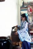 Το πορτρέτο του ασιατικού κινεζικού κοριτσιού στο παραδοσιακό φόρεμα, φορά το μπλε και άσπρο ύφος Hanfu πορσελάνης, χύνει το νερό Στοκ Εικόνες