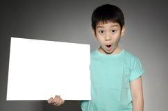 Το πορτρέτο του ασιατικού παιδιού με το κενό πιάτο για προσθέτει το κείμενό σας. Στοκ εικόνες με δικαίωμα ελεύθερης χρήσης
