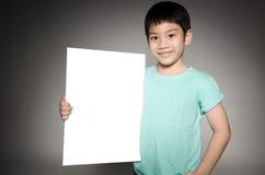 Το πορτρέτο του ασιατικού παιδιού με το κενό πιάτο για προσθέτει το κείμενό σας. Στοκ Φωτογραφία