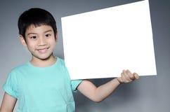 Το πορτρέτο του ασιατικού παιδιού με το κενό πιάτο για προσθέτει το κείμενό σας Στοκ Φωτογραφία