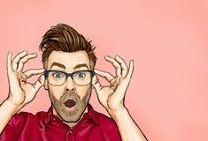 Το πορτρέτο του ατόμου στα γυαλιά λέει wow με το ανοικτό στόμα για να δει κάτι απροσδόκητο ελεύθερη απεικόνιση δικαιώματος