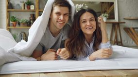 Το πορτρέτο του ευτυχούς ζεύγους που βρίσκεται στο κρεβάτι κάτω από το κάλυμμα που παρουσιάζει έπειτα αντιμετωπίζει την εξέταση τ φιλμ μικρού μήκους