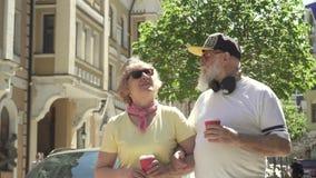 Το πορτρέτο του ευτυχούς και μοντέρνου ανώτερου ζεύγους περπατά στην πόλη φιλμ μικρού μήκους