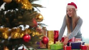 Το πορτρέτο του ευτυχούς κοριτσιού με τα Χριστούγεννα παρουσιάζει απόθεμα βίντεο