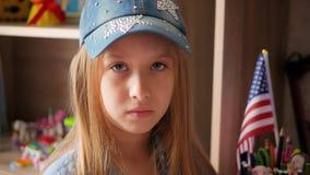 Το πορτρέτο του ευτυχούς νέου καυκάσιου αμερικανικού κοριτσιού εφήβων εξετάζει τη κάμερα στεμένος στο σπίτι φιλμ μικρού μήκους