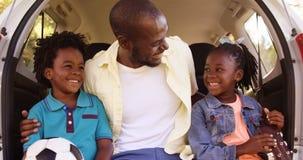 Το πορτρέτο του ευτυχούς πατέρα κρατά τα παιδιά του απόθεμα βίντεο