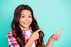Το πορτρέτο του θετικού εύθυμου ικανοποιημένου παιδιού ελκυστικού διαφημίζει ότι το μακρύ hairdo επιλέγει αποφασίστε συμβουλεψτε  στοκ εικόνες