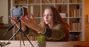Το πορτρέτο του θηλυκού εφηβικού blogger θέτει το videocamera και αρχίζει σε το στο εσωτερικό φιλμ μικρού μήκους