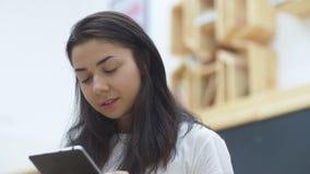 Το πορτρέτο του κοριτσιού διαβάζει το βιβλίο στο πανεπιστήμιο απόθεμα βίντεο