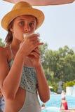 Το πορτρέτο του κοριτσιού είναι drinkig φρέσκος χυμός, θερινό βουνό landsc Στοκ φωτογραφία με δικαίωμα ελεύθερης χρήσης