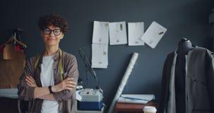 Το πορτρέτο του κοριτσιού ντύνει τη στάση σχεδιαστών στο στούντιο με διασχισμένο το όπλα χαμόγελο φιλμ μικρού μήκους