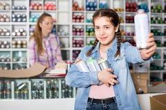 Το πορτρέτο του κοριτσιού που επιλέγει το χρώμα χρωμάτων στο αερόλυμα μπορεί στο sho τέχνης Στοκ φωτογραφίες με δικαίωμα ελεύθερης χρήσης