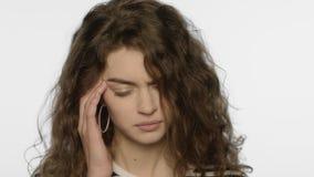 Κουρασμένος πονοκέφαλος γυναικών Το πορτρέτο του κοριτσιού σχετικά με το κεφάλι με παραδίδει το στούντιο απόθεμα βίντεο