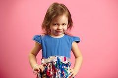 Το πορτρέτο του μικρού κοριτσιού τρία έτη απομονωμένο στο ροζ υπόβαθρο, εκφράζει την απογοήτευση ή η δυσαρέσκεια, καταδεικνύει στοκ εικόνες