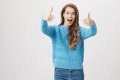 Το πορτρέτο του μοντέρνου όμορφου ενήλικου θηλυκού ενθουσιασμού έκφρασης και η ευτυχία που αυξάνει τα χέρια με τους αντίχειρες μέ Στοκ εικόνες με δικαίωμα ελεύθερης χρήσης