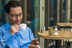 Το πορτρέτο του νέου βέβαιου επιχειρηματία ατόμων έντυσε στο κοστούμι πολυτέλειας κουβεντιάζοντας στο τηλέφωνο κυττάρων κατά τη δ Στοκ φωτογραφία με δικαίωμα ελεύθερης χρήσης