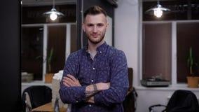 Το πορτρέτο του νέου όμορφου ατόμου έντυσε στην περιστασιακή τοποθέτηση πουκάμισων στο μοντέρνο σύγχρονο εσωτερικό του barbershop απόθεμα βίντεο
