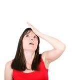 Το πορτρέτο του νέου slapping χεριού γυναικών στο κεφάλι που έχει ένα duh Στοκ φωτογραφία με δικαίωμα ελεύθερης χρήσης