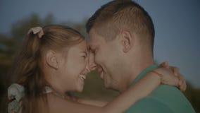 Το πορτρέτο του πατέρα και η κόρη ερωτευμένη αγκαλιάζουν φιλμ μικρού μήκους